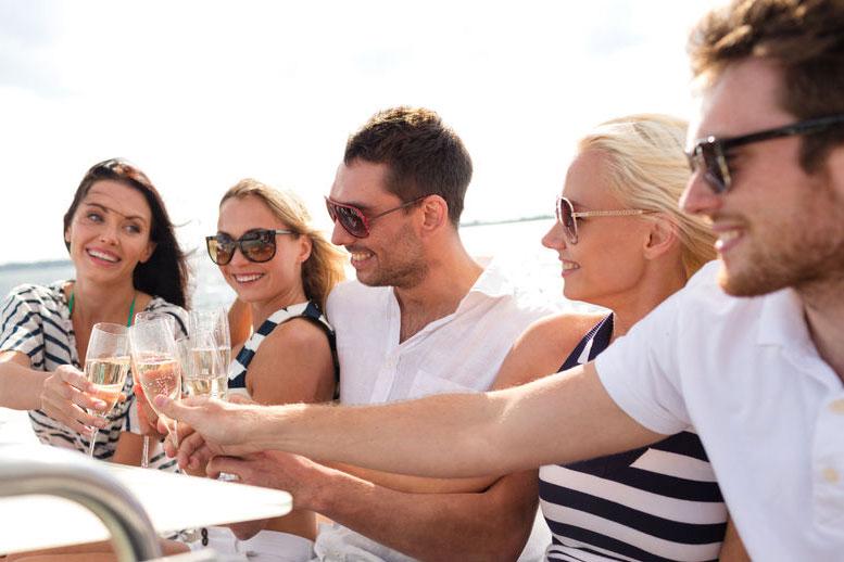 Mit Freunden auf dem Partyboot entspannen